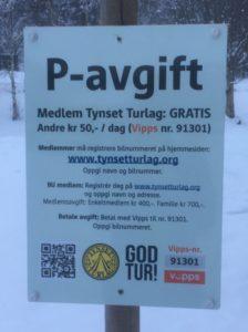 Skilt som viser at turlagets medlemmer parkerer gratis, og at andre må betale kr 50,-.